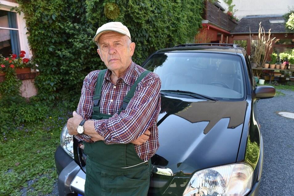 Johannes Philipp steht vor seinem Mazda, den er auf Gasantrieb hat umrüsten lassen. Nun ist er enttäuscht.