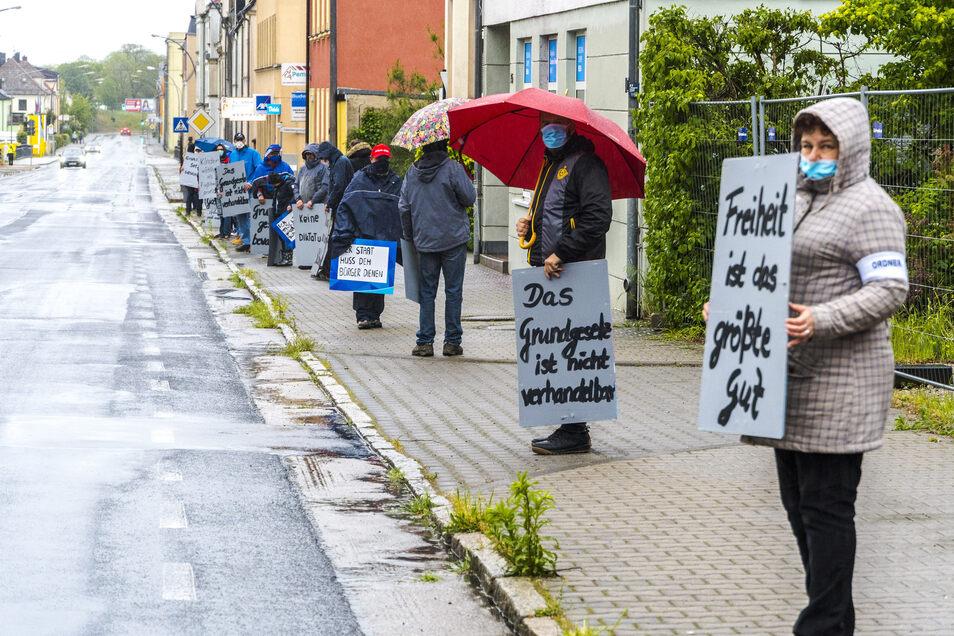 Montagabend protestierten AfD-Anhänger in Riesa gegen die derzeitigen staatlichen Beschränkungen infolge der Corona-Pandemie.