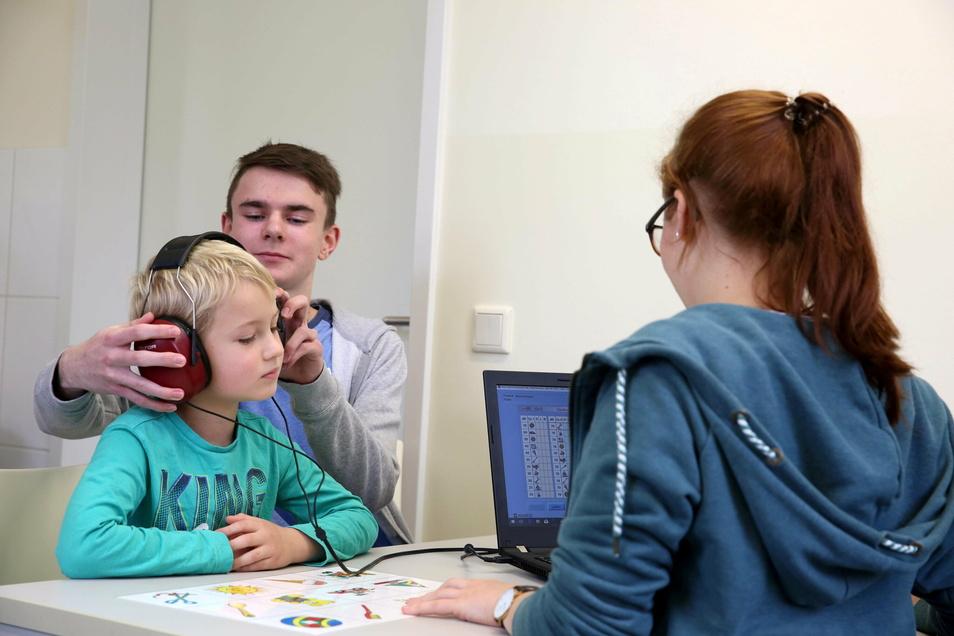 Auch ein Hörtest wird bei der Schulaufnahmeuntersuchung gemacht.