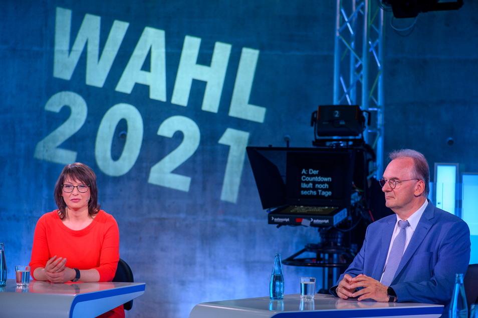 Die Spitzenkandidaten ihrer Parteien für die Landtagswahl in Sachsen-Anhalt, Katja Pähle (l, SPD) und Reiner Haseloff (CDU), Ministerpräsident des Landes, bei der MDR-Wahl-Arena