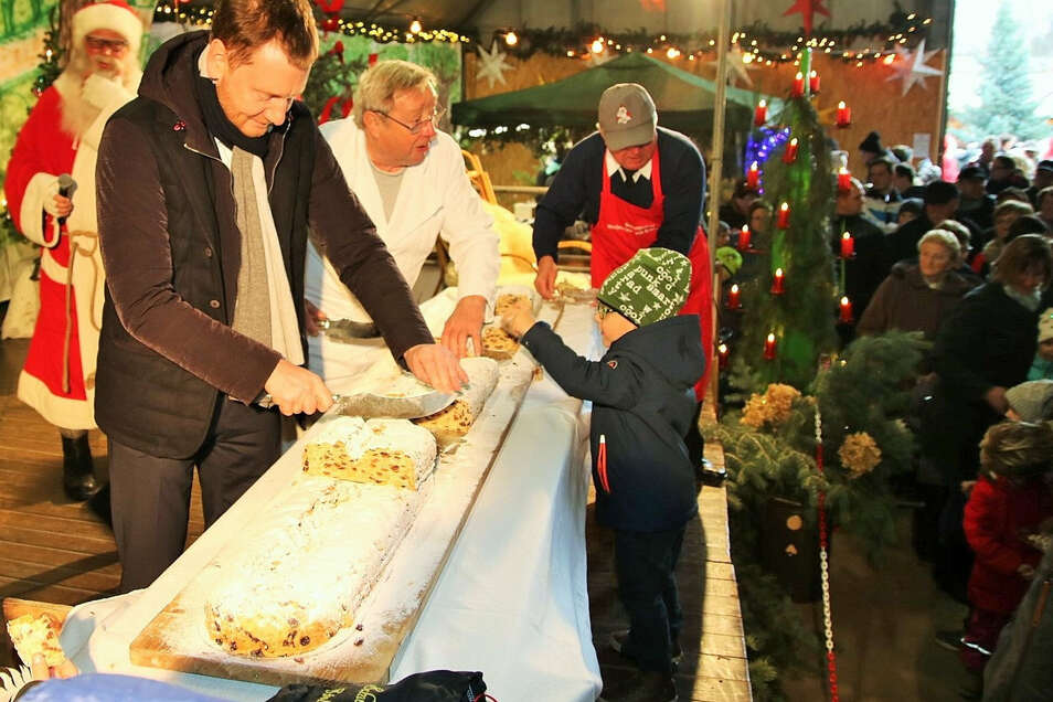 Sachsens Ministerpräsident Michael Kretschmer (CDU) schnitt am Wochenende in Schwepnitz den Riesenstollen an.
