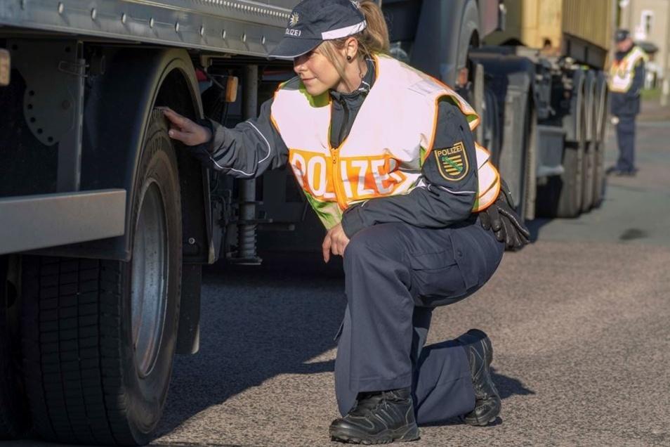 Reifenkontrolle: Auch auf technische Mängel wurde kontrolliert.