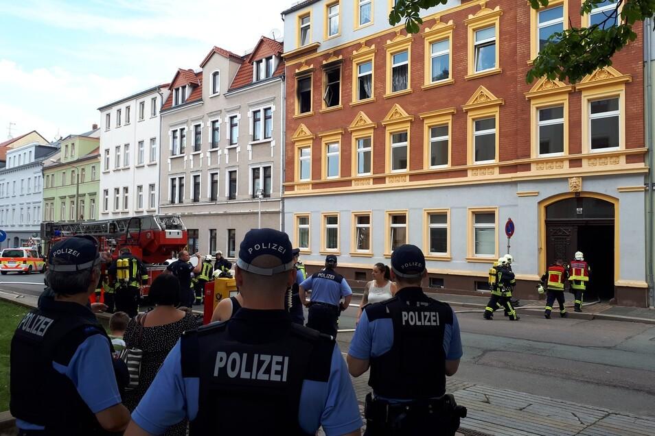 Das Feuer ist im zweiten Obergeschoss eines Wohnhauses ausgebrochen.