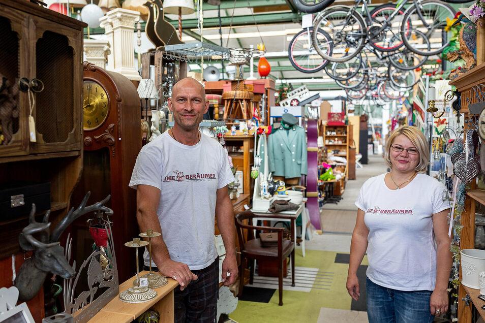 """Der Geschäftsinhaber der """"Beräumer"""" Jens Michalzik und Mitarbeiterin Anke Kirmse im voll gefüllten Verkaufsraum."""