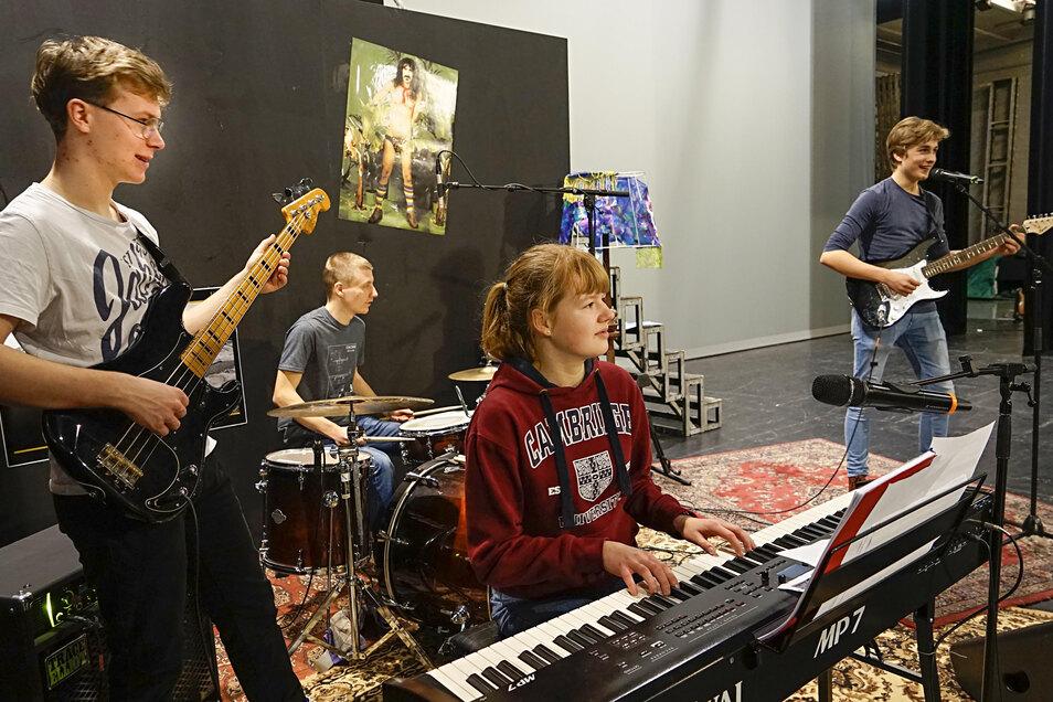 Sie spielen eine Punkband Ende der 1980er-Jahre in der DDR: Maximilian Gruber, Vito Pohontsch, Jadwiga Schurr und Ole Schmidt (v.l.) vom Sorbischen Jugendtheater. Die Band steht im Mittelpunkt eines Stückes, das am 20. März in Bautzen Premiere hat.