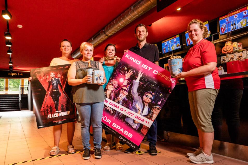 Das Team des Hoyerswerdaer Cinemotion-Kinos um Toni Züchner trifft die letzten Vorbereitungen für die Öffnung.