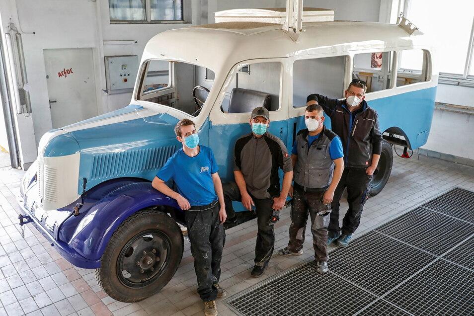 Steffen Jahn (rechts) hat mit seinem Team in der Zittauer Lackiererei Jahn am Oldtimer zig Stunden geschliffen, gespachtelt und geschweißt, bis er lackiert werden konnte.