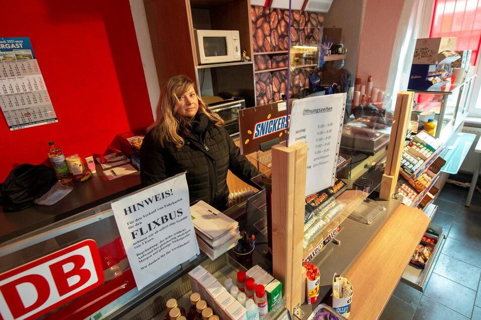 Claudia Strauß von der Reiseagentur Coswig verkauft Fahrkarten und Reisebedarf - von Kaffee bis Zeitungen - im Shop im Bahnhofsgebäude. Seitdem im Januar die Heizung ausfiel, hat sie mit der Kälte im Gebäude zu kämpfen.