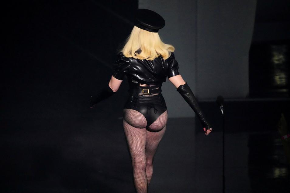 Madonna geht von der Bühne.