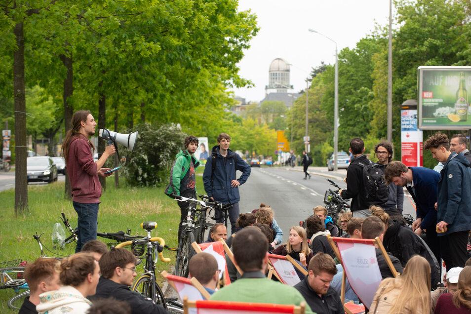 Für einen fahrradgerechten Ausbau des Zelleschen Weges wurde bereits im Mai demonstriert. Dieses Mal geht es bei dem Streit jedoch um die vielen alten Bäume, die fallen sollen.
