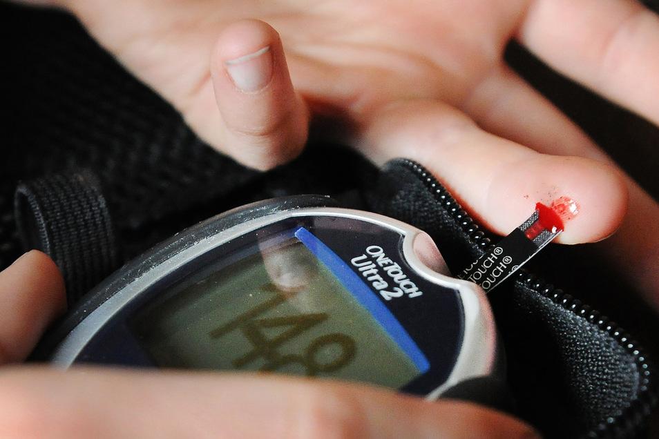 Mit einem Messgerät wird der Blutzuckerwert bestimmt. Der Anteil der Diabetes-Kranken ist in Deutschland innerhalb von zehn Jahren in fast allen Altersgruppen deutlich gestiegen.