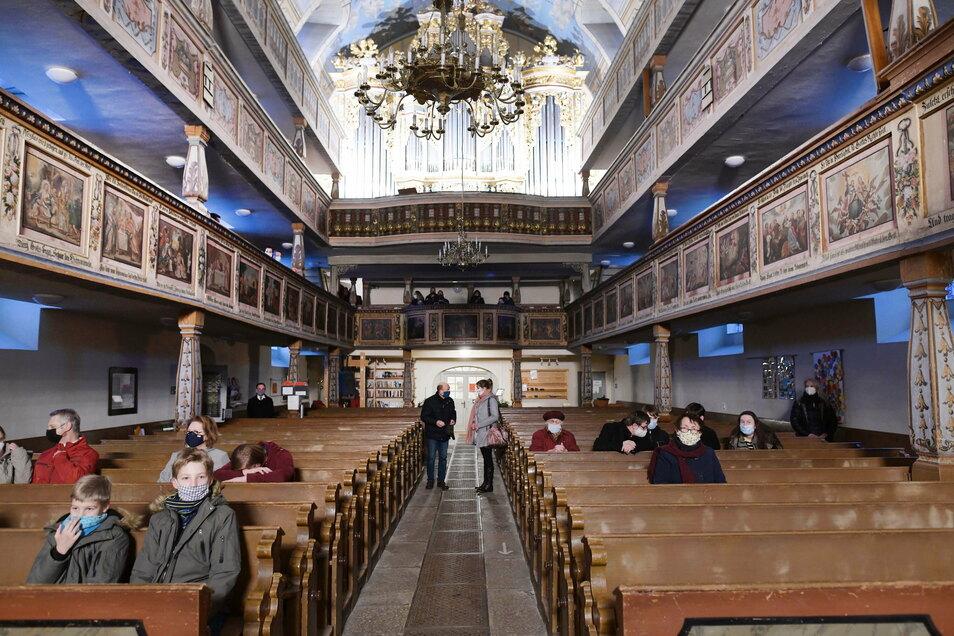 In Ebersbach war eigentlich ein Heilig-Abend- Gottesdienst unter freien Himmel am Spreeeck geplant. Dafür gab es aber keine Genehmigung. Unter Auflagen wurde schließlich die Kirche geöffnet. Drei kleine weihnachtliche Gottesdienste von je 30 Minuten mit maximal 80 Personen wurden gefeiert.