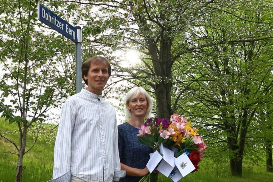 Afra-Kantor Karsten Voigt mit seiner Frau und einem Blumengruß, den Meißens Oberbürgermeister Olaf Raschke (parteilos) den Dobritzern zum 800-jährigen Jubiläum geschickt hat.