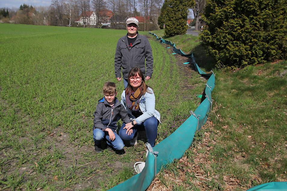 Gerd Schön (stehend) hat Tipps zum Aufbau gegeben. Silvia Glätzner und ihr Sohn Willi sorgen für ein sicheres Geleit ins Laichgewässer.