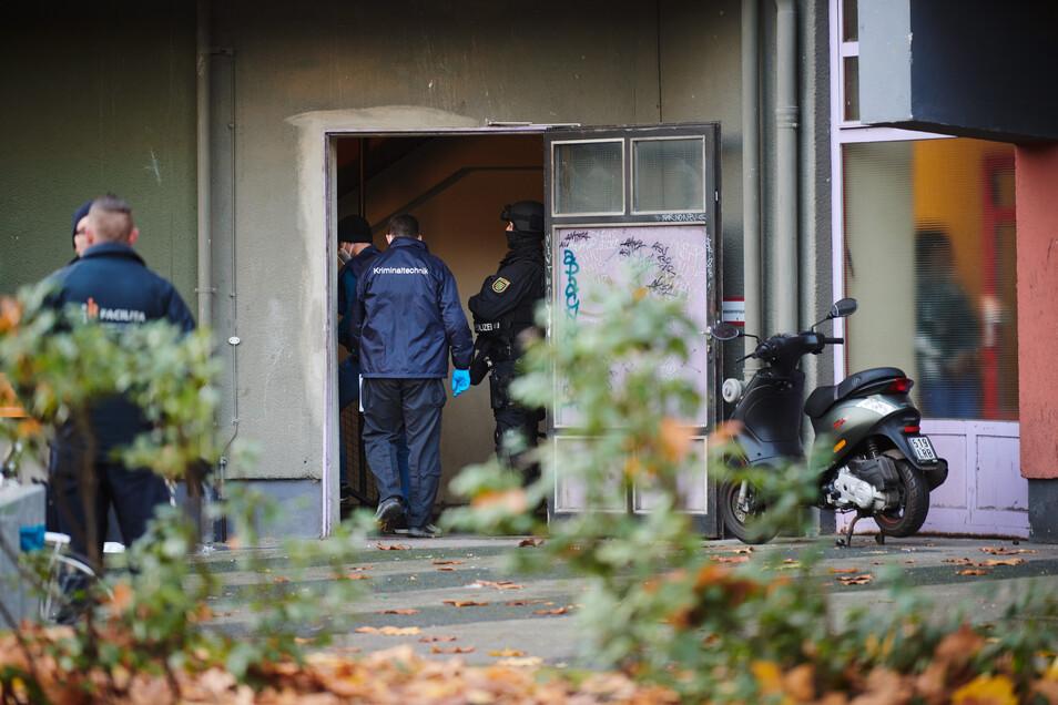Auf der Suche nach den Juwelen und Beweismitteln durchsuchten insgesamt über 1.600 Beamte, darunter auch Spezialeinheiten 18 Objekte in der Hauptstadt. Neben Wohnungen zählten unter anderem auch Garagen darunter.