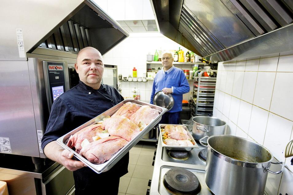 """Heiko Behrens (vorne) ist einer der Mitarbeiter von Reiner Mönnich (hinten), der das Gasthaus """"Zur alten Freundschaft"""" in Görlitz betreibt. Bislang halten alle Mitarbeiter dem Chef auch in der Pandemie die Treue."""