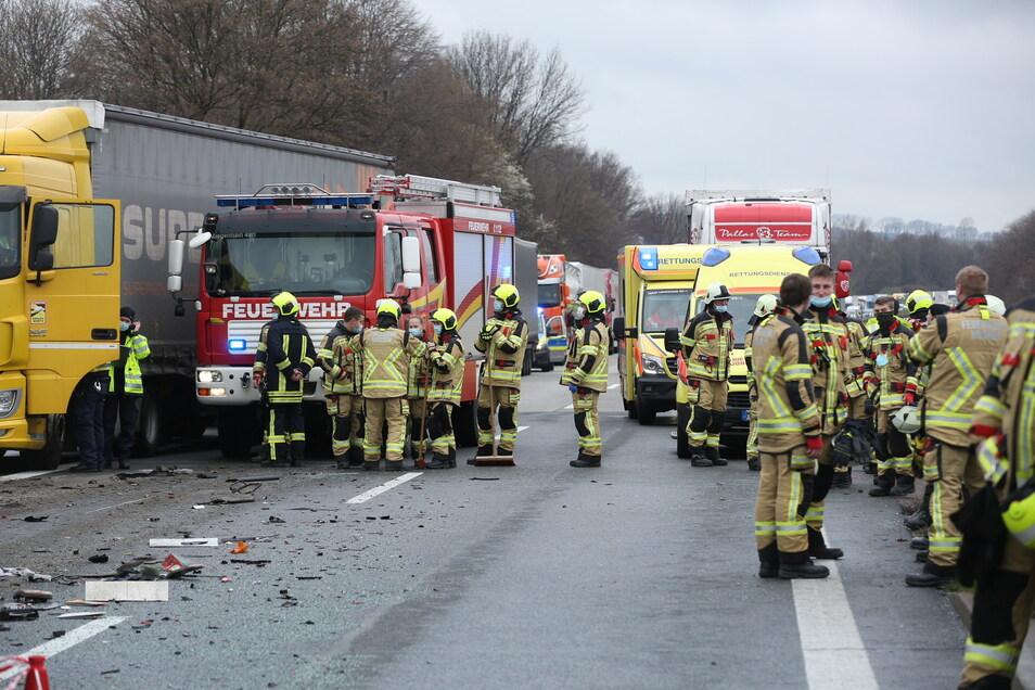 Rettungsdienst, Polizei und Feuerwehr sind vor Ort.