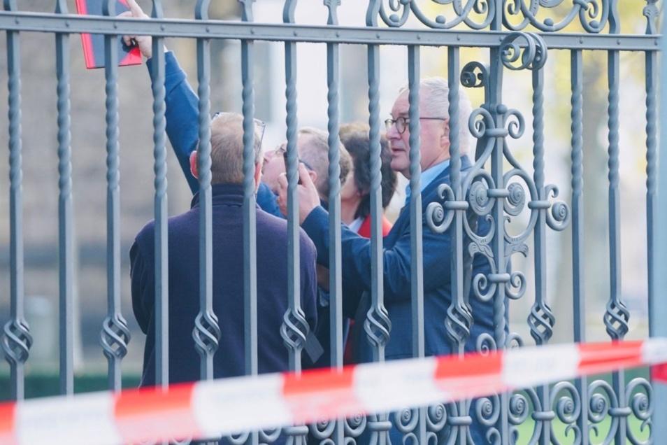 Wissenschaftsministerin Eva-Maria Stange (in rot) und Museumsdirektor Dirk Syndram (ganz rechts) haben den Tatort von außen besichtigt.