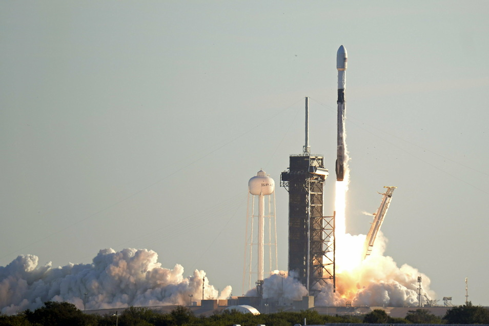 Eine Falcon 9-Rakete von SpaceX hebt ab. Sie ist der 17. von etwa 60 Satelliten für das Starlink-Breitbandnetzwerk von SpaceX.