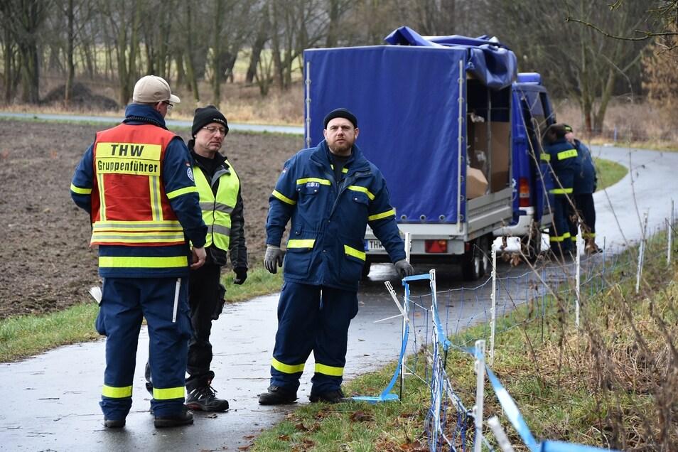 Arbeiter vom THW an diesem Freitag in Ludwigsdorf beim Zaunbau.