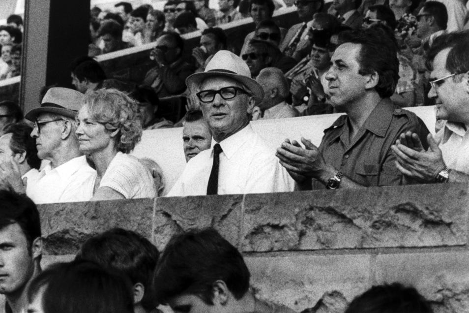 """Auf der Ehrentribüne bei der Musik- und Tanzschau """"Ein bunter Blumenstrauß für unsere Republik"""" im """"Stadion der Weltjugend"""" sitzen am 01.06.1979 in Ostberlin Willi Stoph (Vorsitzender des Ministerrates, l-r), Margot Honecker (Kulturministerin), Generalsek"""