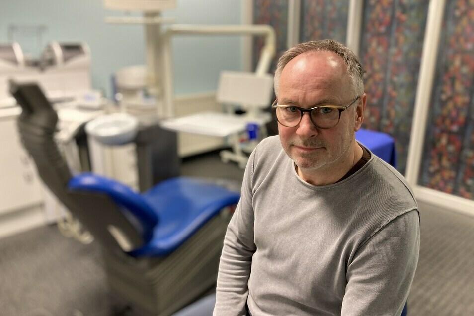 Der Löbauer Zahnarzt Dr. Arndt Müller kritisiert Ministerpräsident Michael Kretschmer für dessen Corona-Politik.