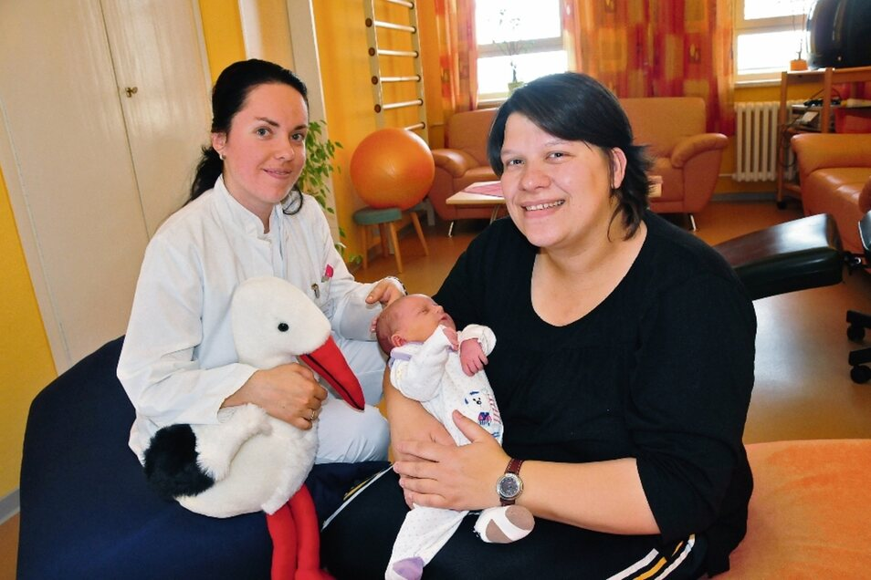 Vor fast zehn Jahren: Ärztin Stefanie Norkus mit Jana Weber mit Tochter Neviah Joy im Krankenhaus Großenhain. Die Eltern Jana und Oliver Weber rechneten schon damit, nach Meißen zu fahren. Denn der berechnete Geburtstermin war der 4. Juli.