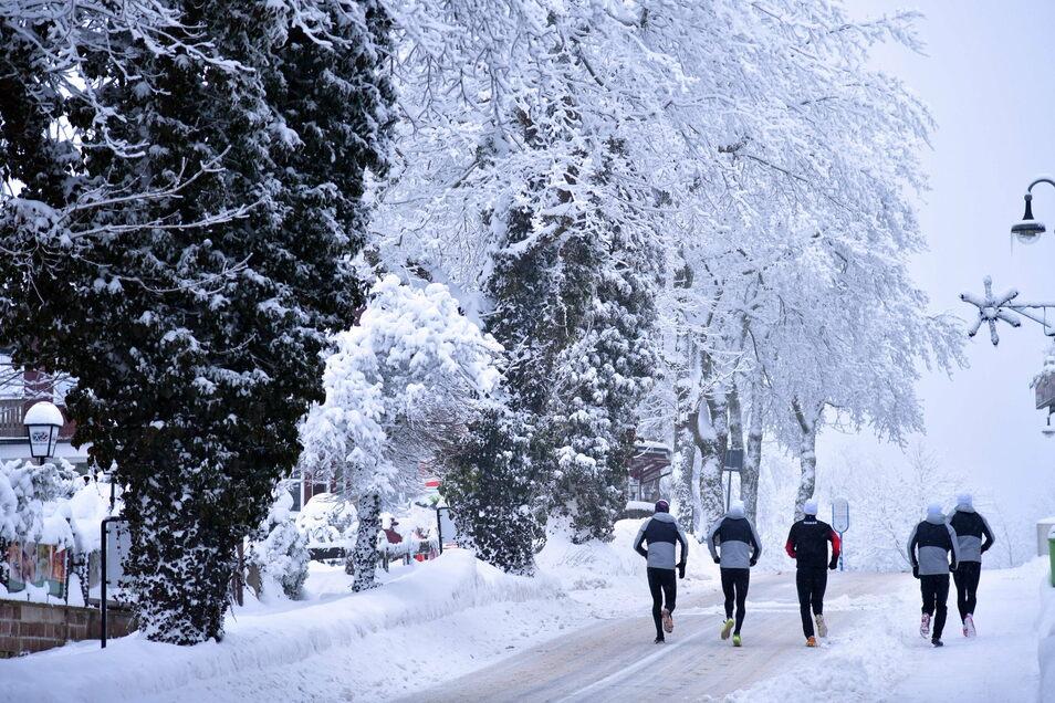 Die Mannschaft aus Norwegen kann ihre morgendliche Laufeinheit mangels Verkehr auf die Hauptstraße von Oberhof verlegen.