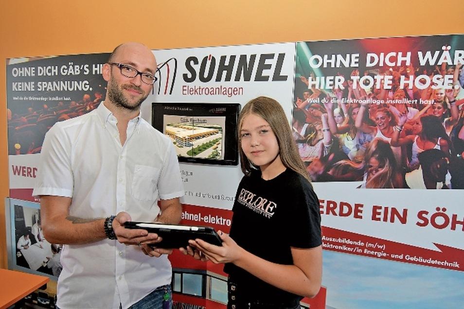 Stefan Groß, Elektromeister der Firma Söhnel Elektroanlagen, gibt Estelle Pfitzner bei der Berufsorientierungsmesse in der Oberschule Roßwein Hinweise zur Ausbildung.