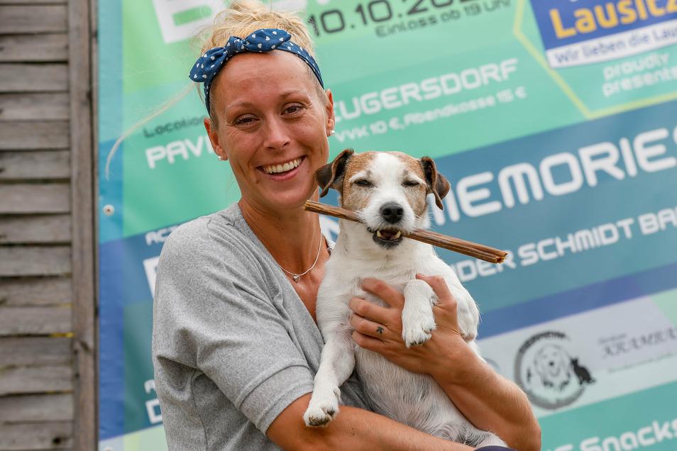 Nicole Lukas vom Pavillon Neugersdorf organisiert ein Benefizkonzert für Tierheime. Das freut auch ihren kleinen Hund Tyson.