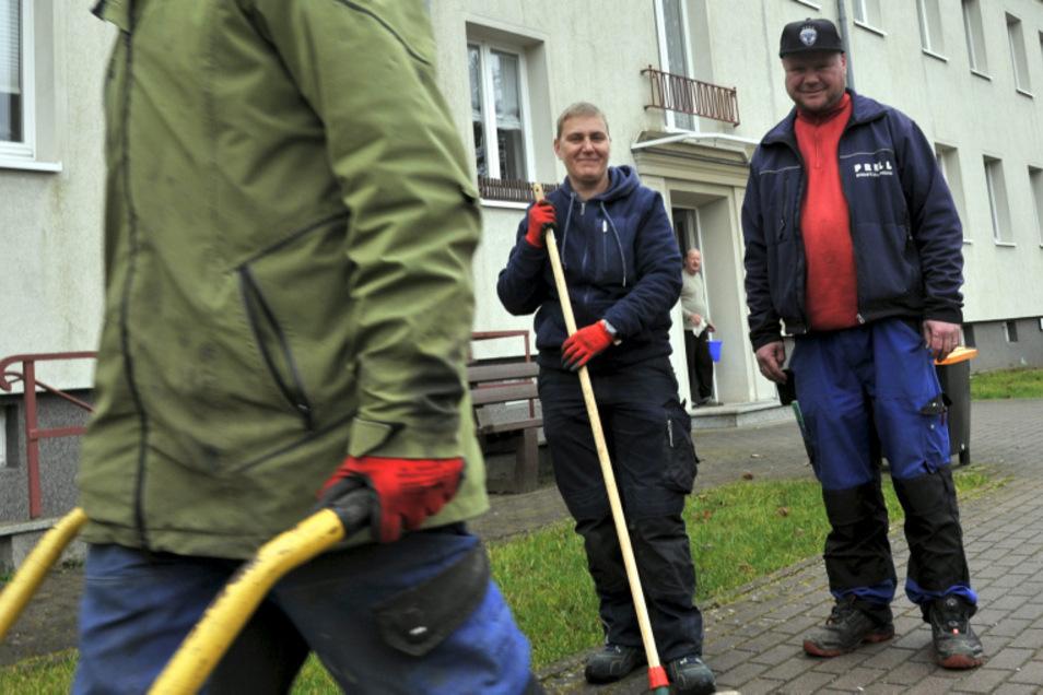 Hausmeister Enrico Tannhäuser und seine Kollegin Susanne Klaun waren gestern in der Schillerstraße in Weißwasser zugange.