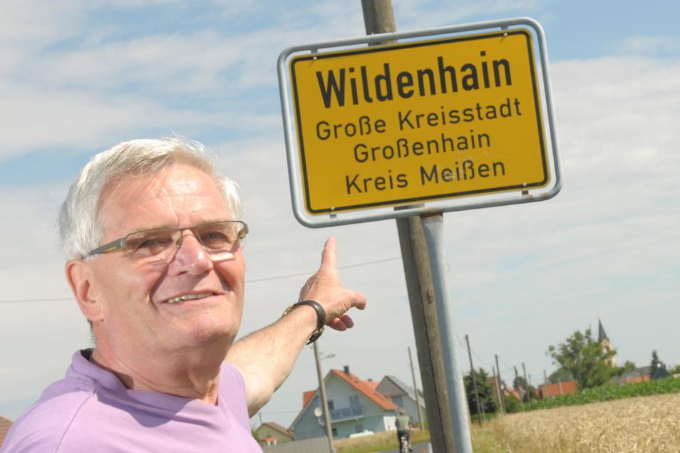 Ortschronist Hartmut Scholz zeigt auf das Ortseingangsschild von Wildenhain. Der Ort ist urkundlich erstmals 1286 erwähnt worden.