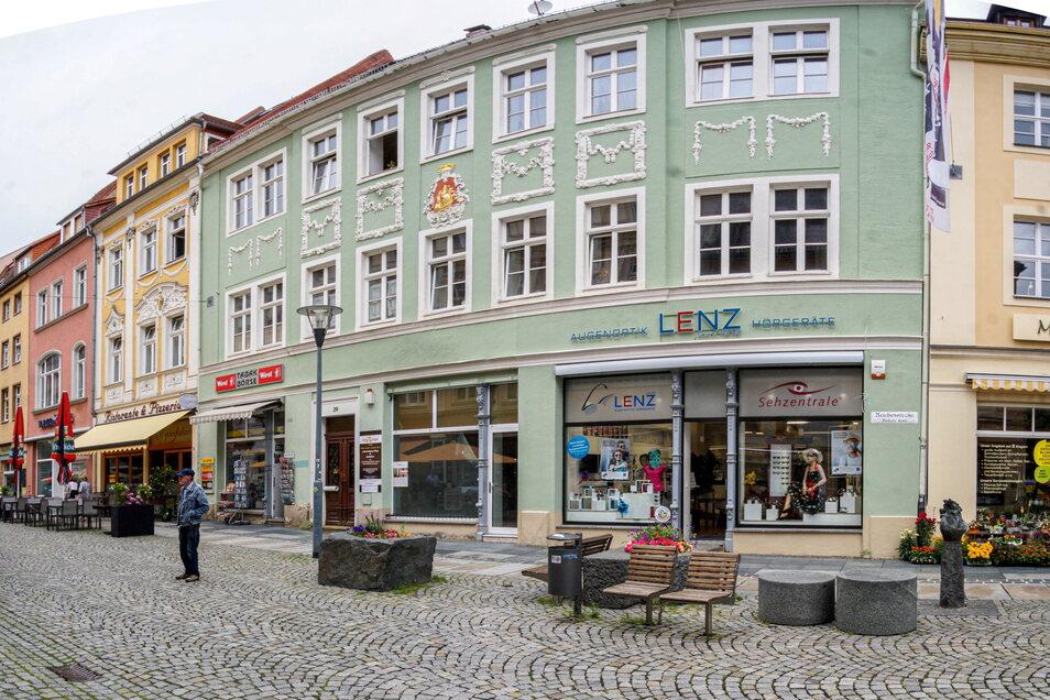 Die Reichenstraße 29 mit der grünen Fassade und der Tabak-Börse (links) sowie dem Optiker Lenz im Erdgeschoss: Im leeren Geschäft dazwischen soll das zweite Grünschnabel-Restaurant in Bautzen entstehen.