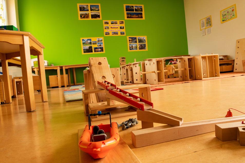 Das Bauzimmer im Hort 1. Hier können Kinder mit den Holzelementen der Bieberburg arbeiten und haben Fotos von Schlössern als Anregung an der Wand.