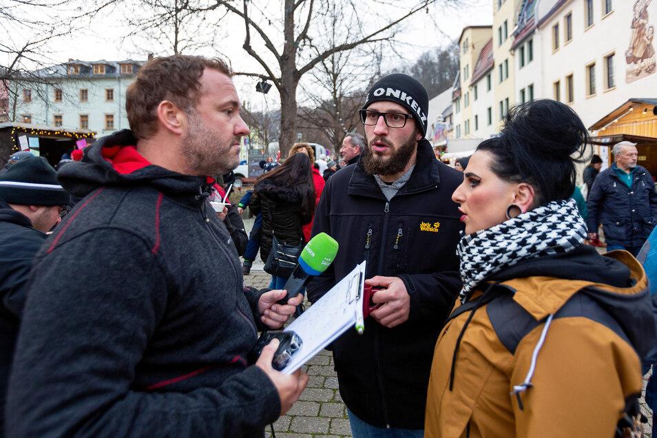Der MDR-Sachsen-Weihnachtsmarkttest war in Glashütte. Moderator Silvio Zschage (li.) befragt Eric und Lisa Kühnel.