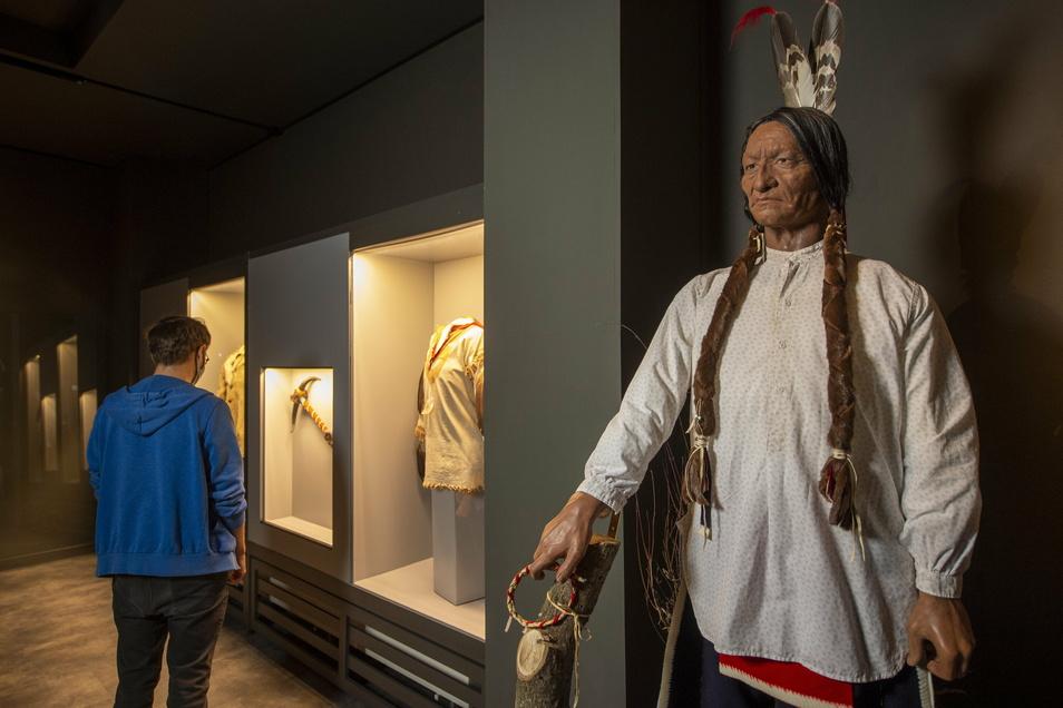 Die Figur des Indianerhäuptlings Sitting Bull ist Bestandteil des Custer-Raums im Karl-May-Museum. Museumsmitarbeiter (l.) haben den Ausstellungsraum neu konzipiert und gestaltet.