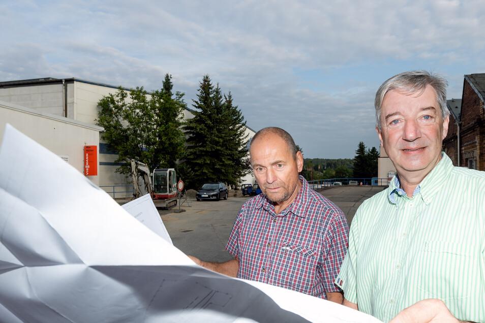 Geschäftsführer Ulf Mildner (rechts) und Bauleiter Andreas Förster haben die Baupläne parat. Ab Ende August wird die Zufahrt vom Drebnitzer Weg zum Gewerbepark der Firma Aicher saniert. Eine von mehreren Baustellen des Unternehmens 2019.