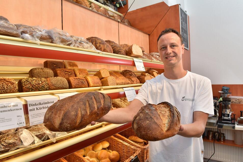 Verkäufer Sebastian Kühne von der Pirnaer Bio-Bäckerei Spiegelhauer bietet leckeres Brot in der neuen Dresdner Filiale am Körnerplatz an.