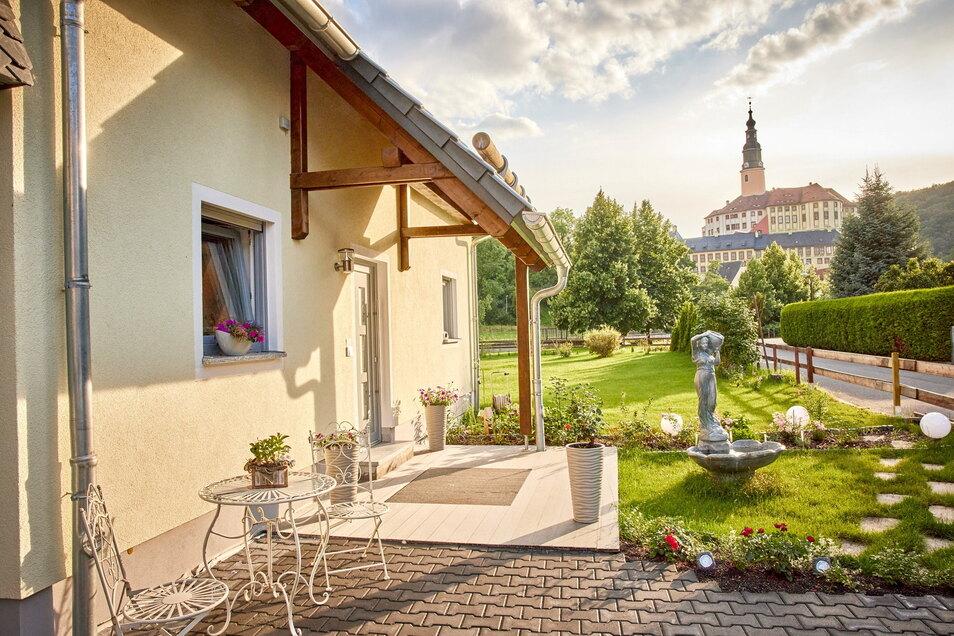 Wohnen mit Blick auf Schloss Weesenstein und an der Müglitz: Familie Wilhelm-Zimmel hat dort gebaut, wo 2002 neun Häuser von den Fluten zerstört worden.