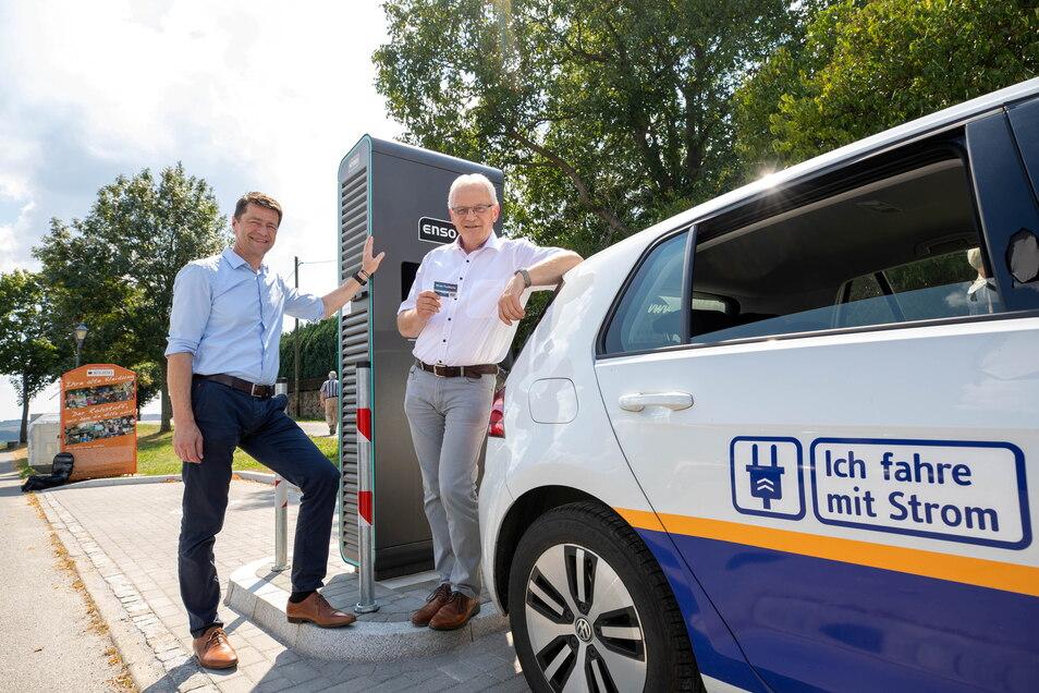 Bürgermeister Uwe Steglich (rechts) hier mit Gunnar Schneider, ENSO Leiter Kommunalvertrieb bei der Inbetriebnahme der Ladesäule für Elektro-Fahrzeuge.