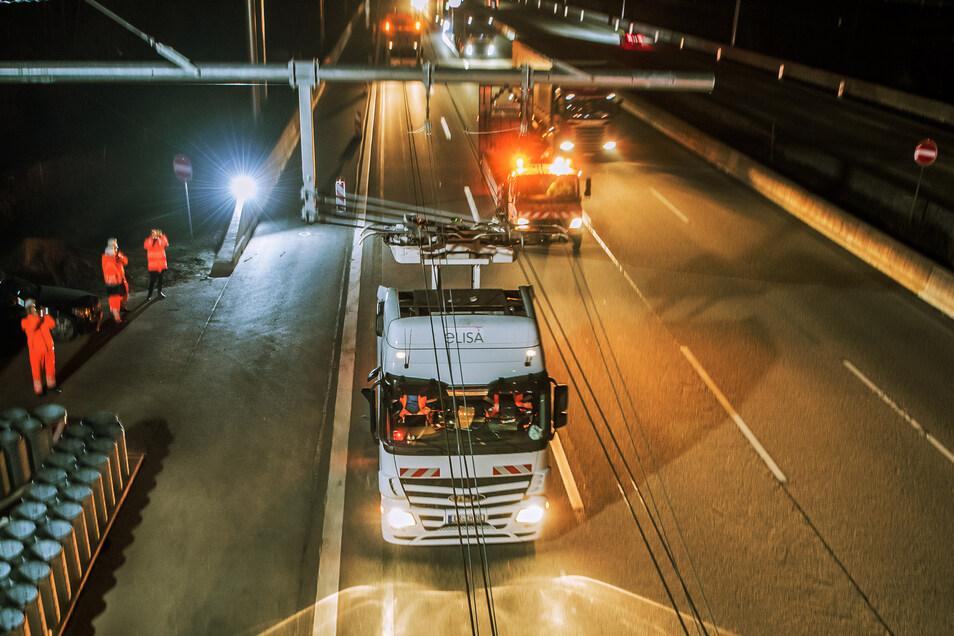 Ein Oberleitungs-Hybrid-Lkw fährt auf der Teststrecke auf der A5 zwischen Langen und Weiterstadt.