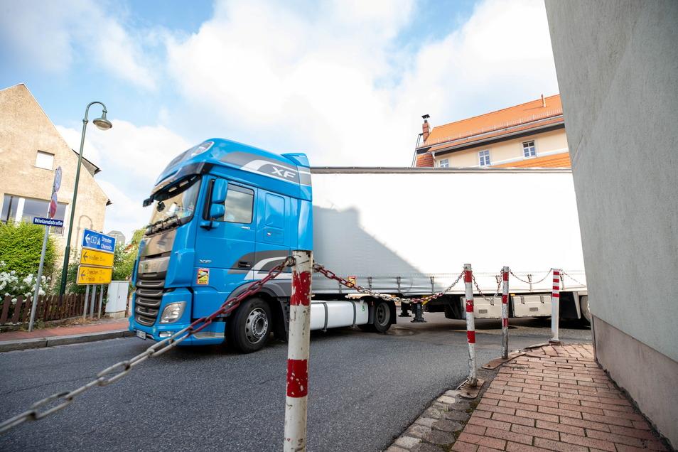 Wer von der Wielandstraße auf die Nossener Straße abbiegen will, sollte achtsam sein. Entgegenkommende Lkws brauchen hier viel Platz.