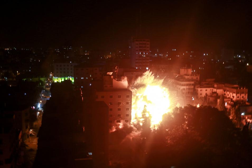 Flammen schlagen nach israelischen Luftangriffen aus einem Gebäude.