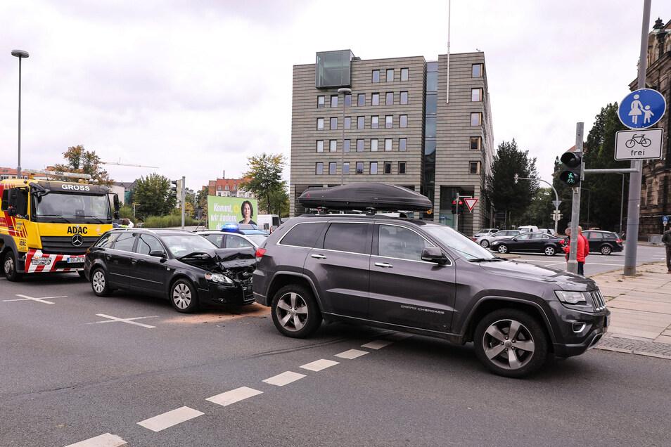 Nachdem ein Fahrradfahrer über Rot gefahren war, kam es an einer Kreuzung am Carolaplatz zu einem Auffahrunfall.