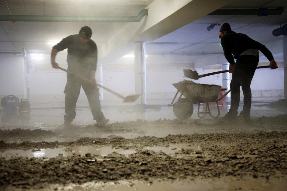 Der Roboter zerlegt den Beton zu feinen, nassen Krümeln. Der Abtransport des Materials läuft klassisch mit Schaufel und Schubkarre.