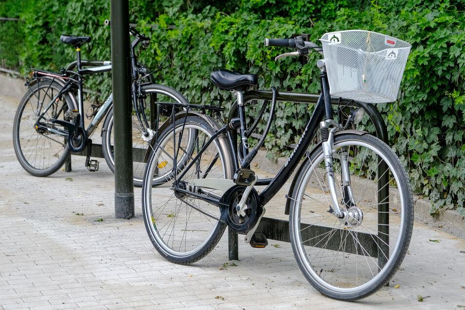An den Haltepunkten gibt es jetzt Fahrradständer. Außerdem wurden sie barrierefrei gebaut.