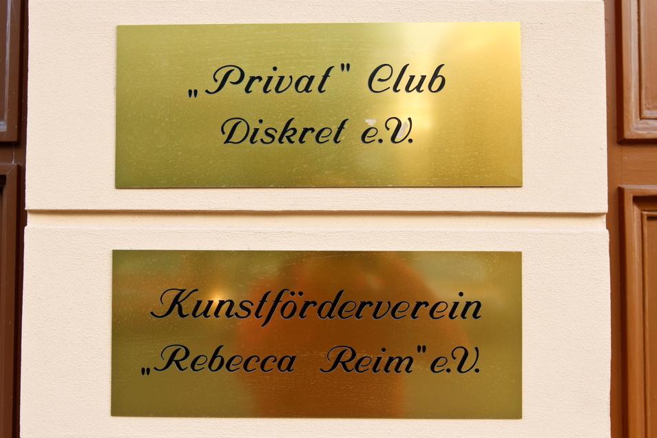 Diese beiden Schilder sollten von der Fassade des Gebäudes Klosterplatz 17 verschwinden. Für die Stadt Görlitz waren sie nur Etikettenschwindel für ein Bordell.