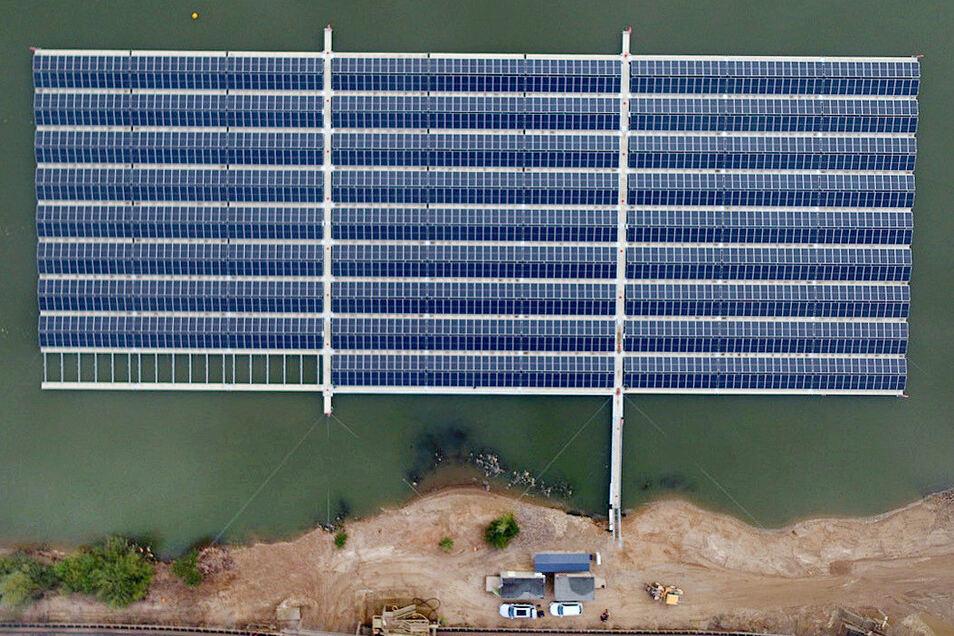 Auf 90 Schwimmern sind 2.000 Solarmodule montiert, die eine Spitzenleistung von 750 Kilowatt haben.