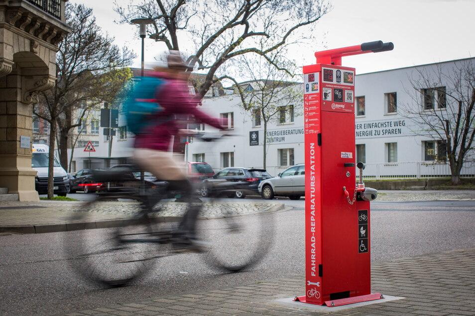 Eine neue Fahrrad-Reparaturstation auf der Berliner Straße in Dresden. Mit QR-Code kann man per Videoanleitung die Fahrradreparatur lernen.