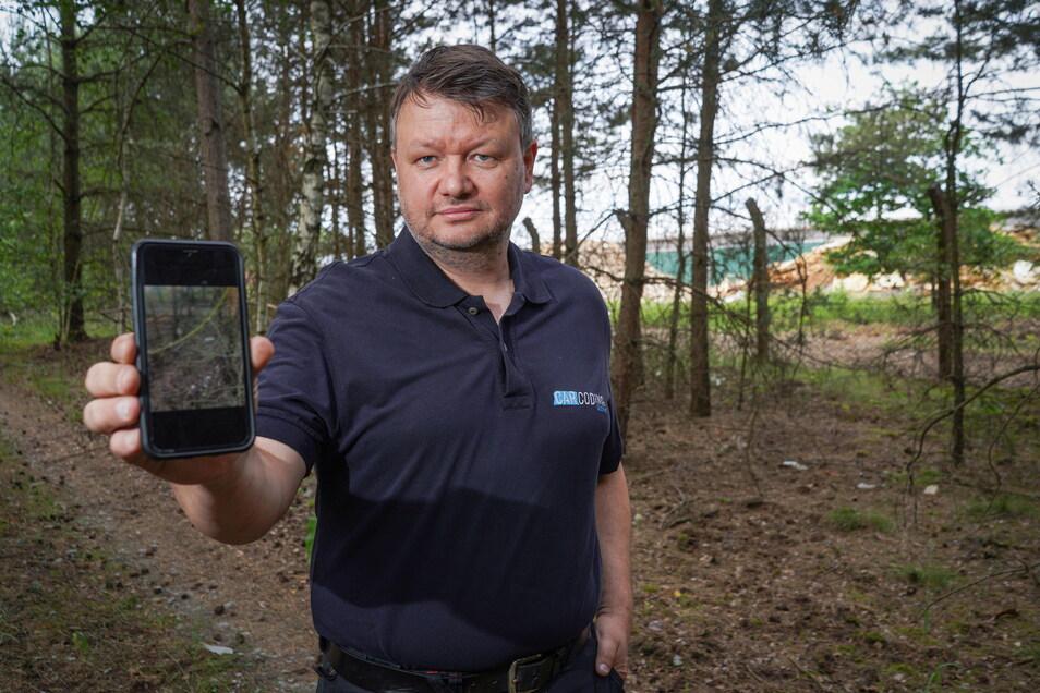 Jörg Zieschang ist oft auf den Waldwegen rund um den Drobener Veolia-Betriebshof unterwegs. Dabei dokumentiert er regelmäßig mit dem Handy die Verschmutzungen in der Natur. Er fordert ein Eingreifen.